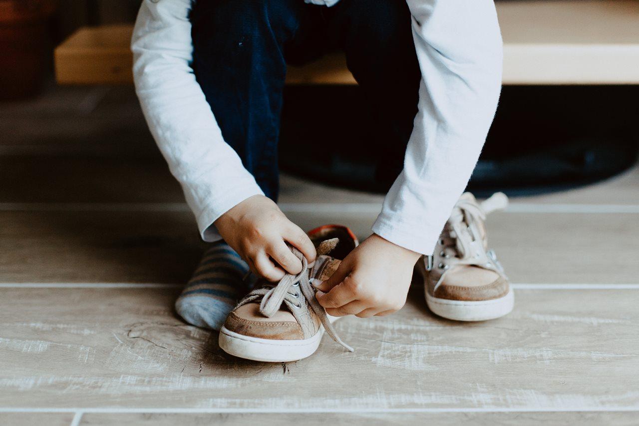 séance famille nouveau-né lifestyle petit garçon chaussures