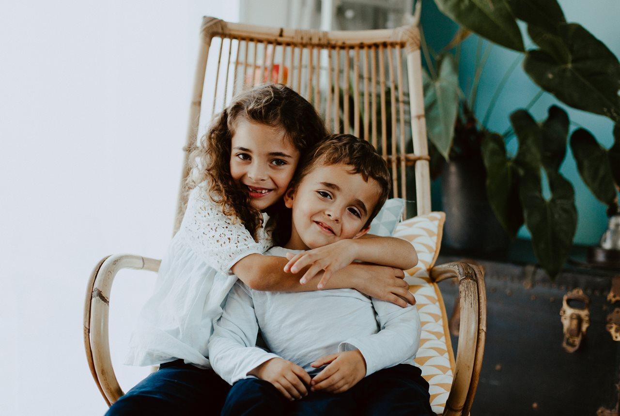 séance famille nouveau-né lifestyle portrait frère et soeur calin