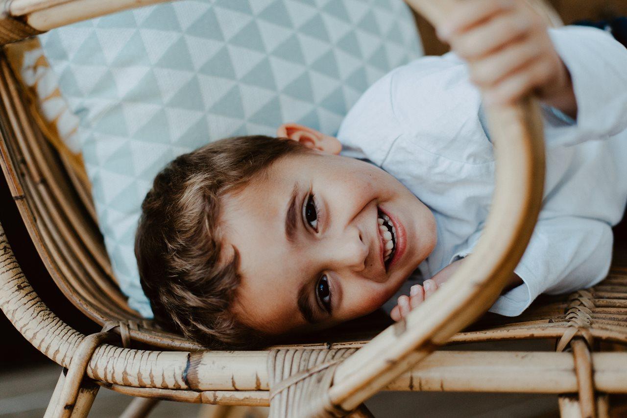séance famille lifestyle portrait petit garçon sourire