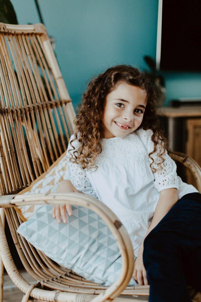 séance famille lifestyle portrait petite fille sourire