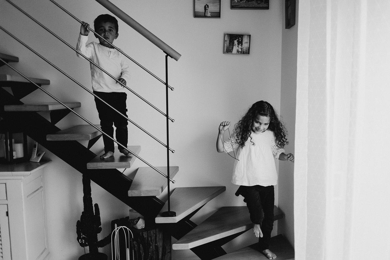 séance famille lifestyle jeux enfants escalier noir et blanc