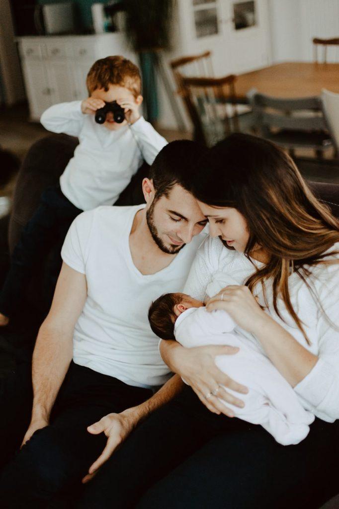 séance famille lifestyle portrait parents bébé allaitement