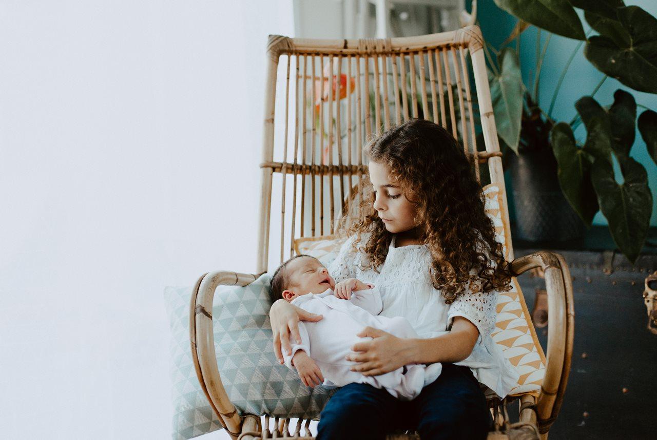 séance famille nouveau-né lifestyle portrait grand et petite soeur
