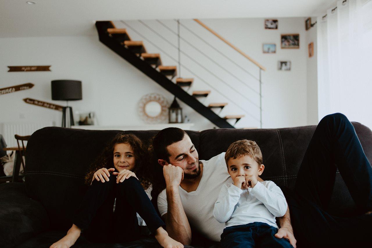 séance famille lifestyle moment de vie canapé