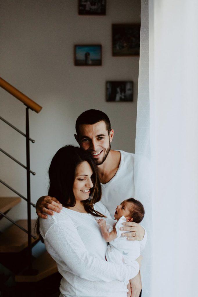 séance famille nouveau-né lifestyle portrait parents bébé