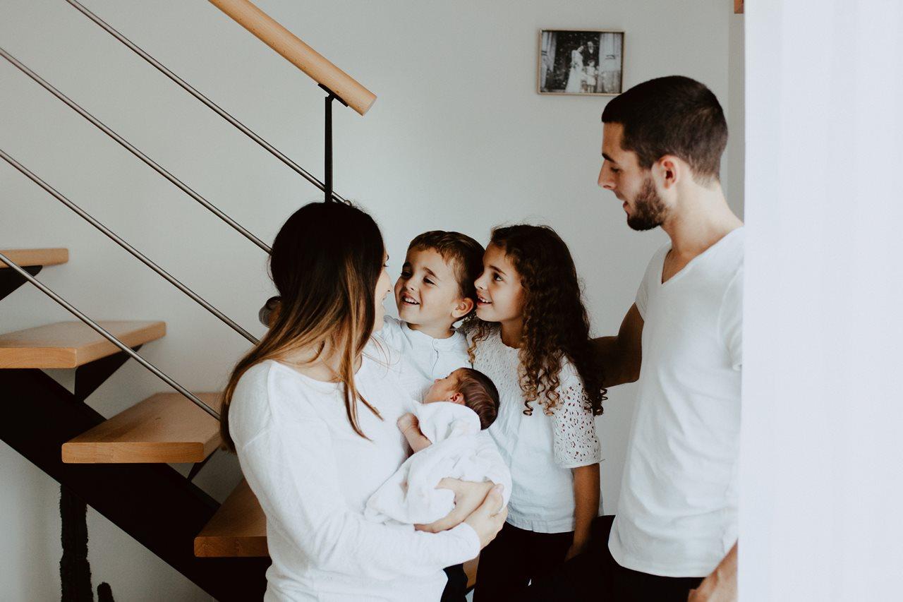 séance famille nouveau-né lifestyle portrait parents enfants rires
