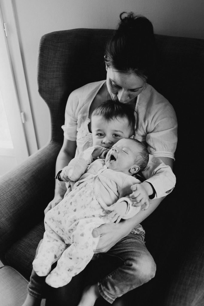 séance nouveau-né famille lifestyle portrait maman frère et soeur noir et blanc