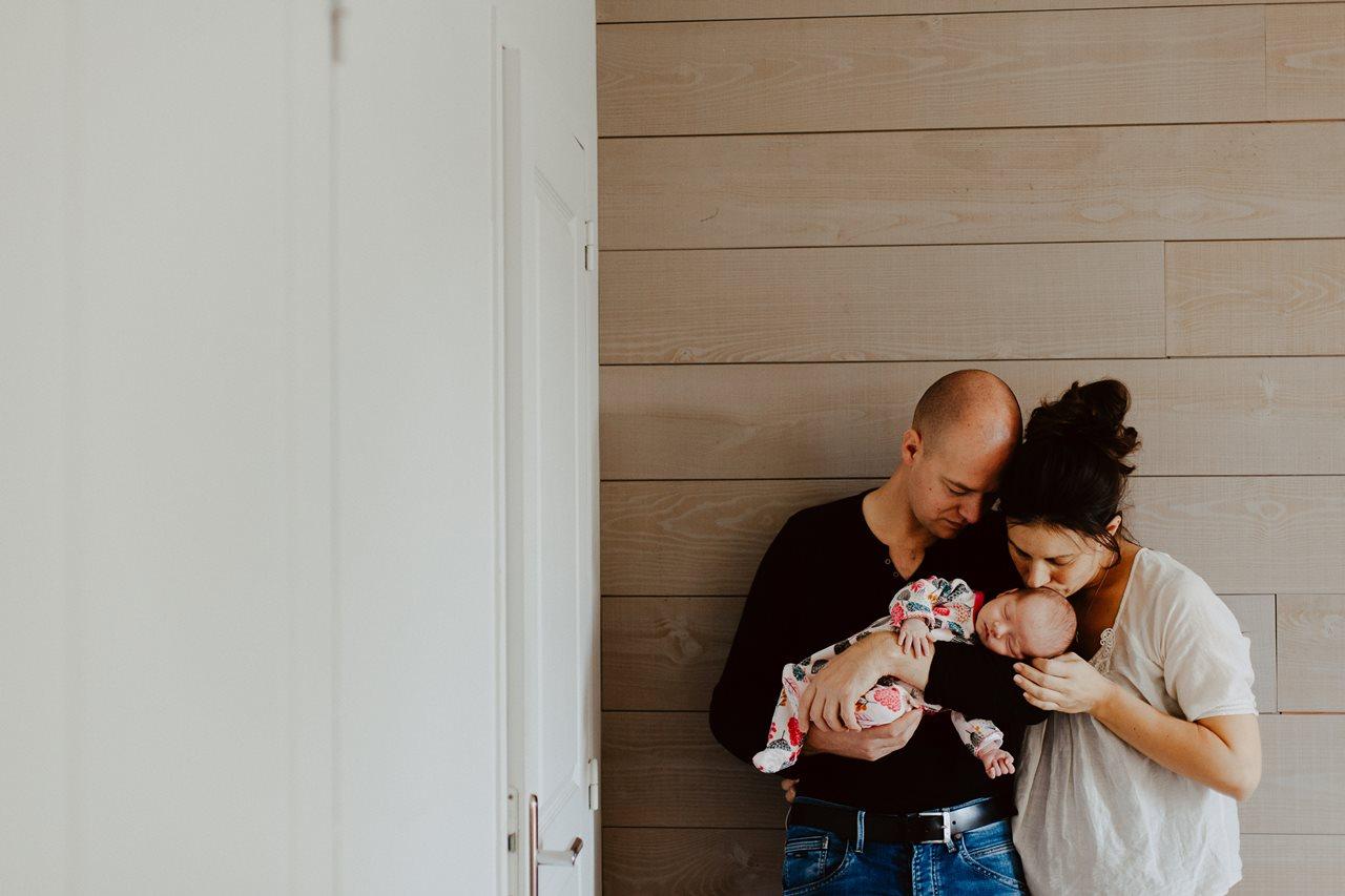 séance nouveau-né lifestyle portrait famille bisous bébé