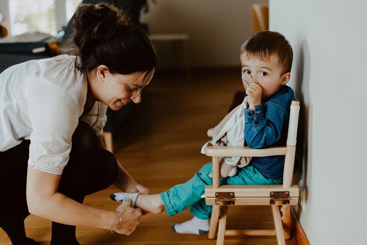 séance nouveau-né lifestyle maman chaussures enfant