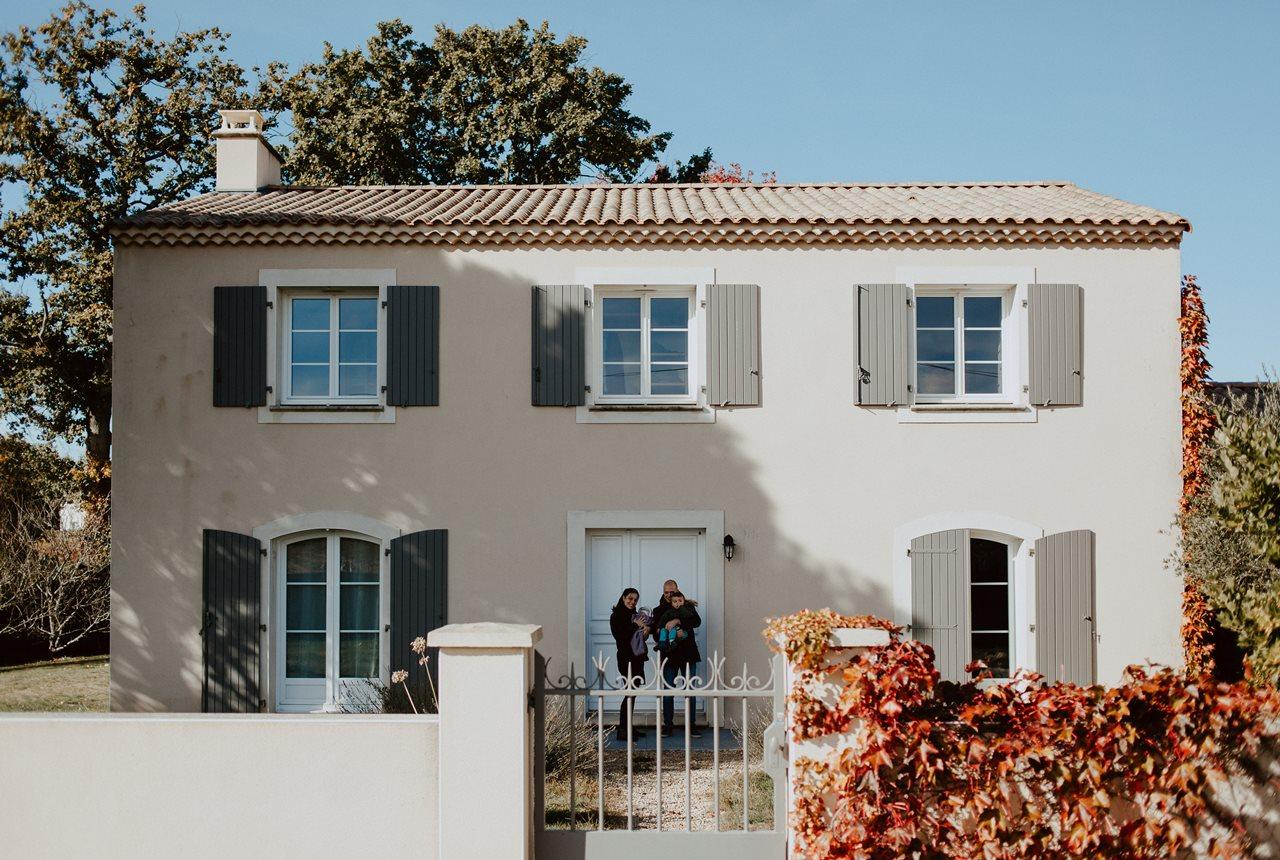 séance nouveau-né lifestyle portrait famille devant la maison