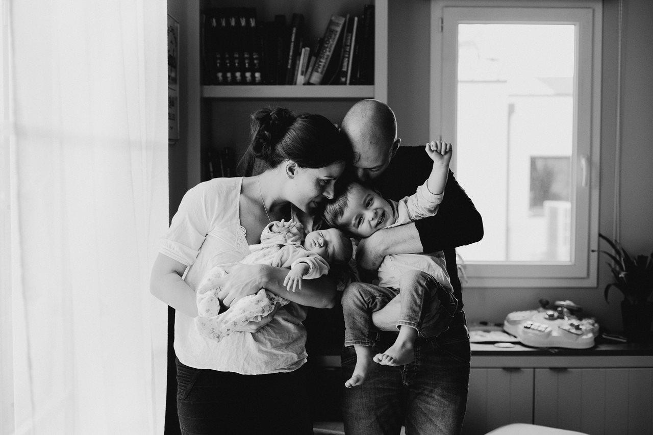 séance nouveau-né lifestyle portrait famille calîn parents bébé fils noir et blanc