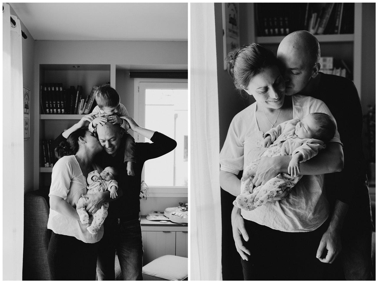 séance nouveau-né lifestyle portrait famille calîn interactions parents enfants noir et blanc
