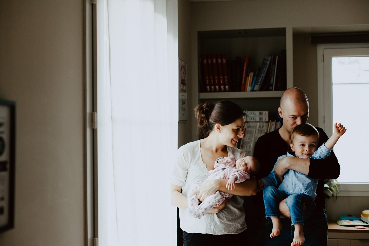 séance nouveau-né lifestyle portrait famille maison