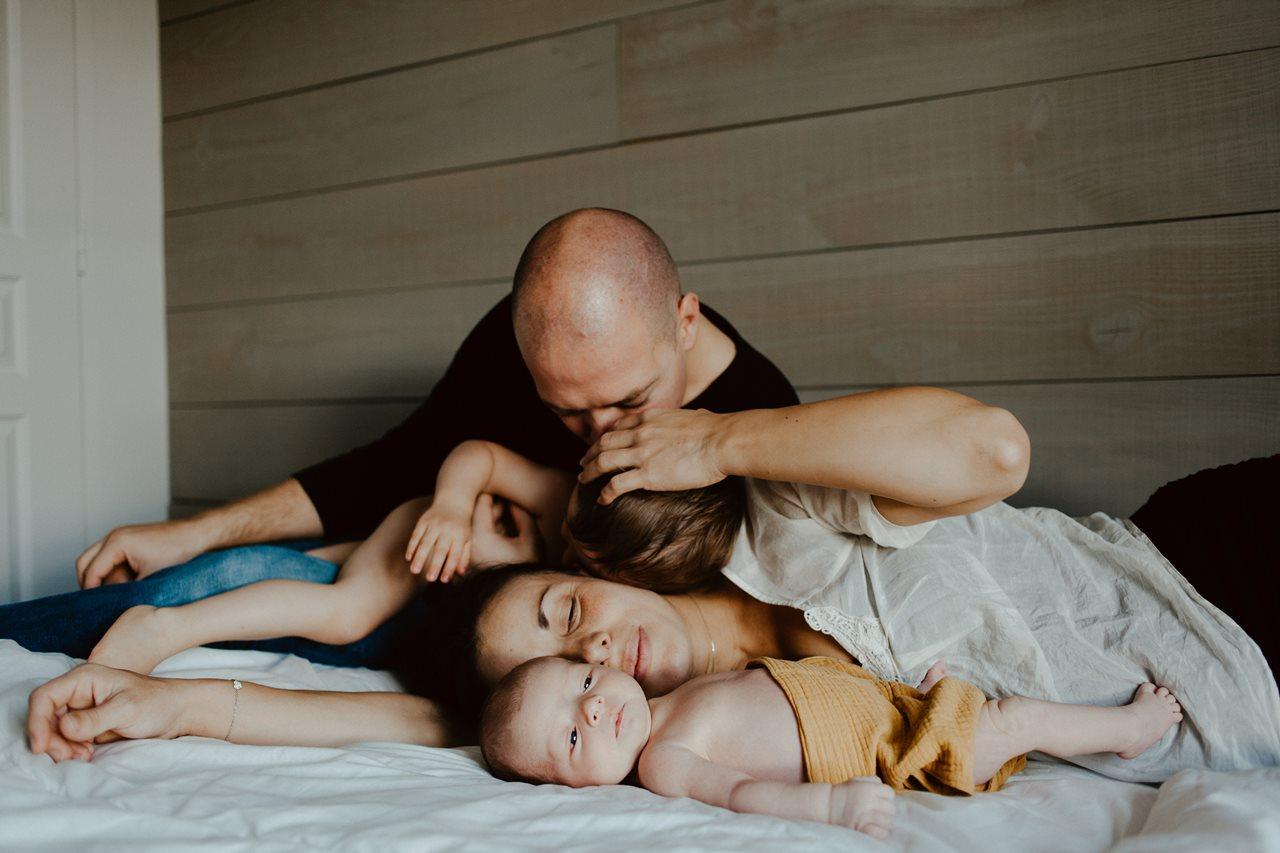 séance nouveau-né lifestyle calin portrait famille lit