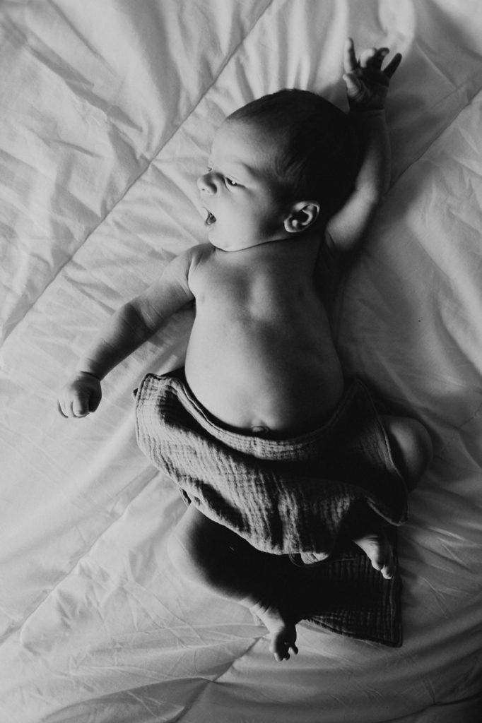 séance nouveau-né lifestyle portrait bébé noir et blanc lit