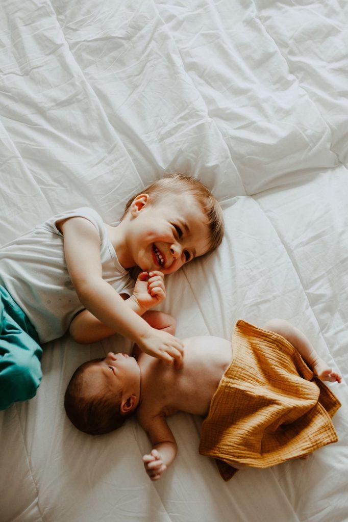 séance nouveau-né lifestyle portrait frère et soeur rires