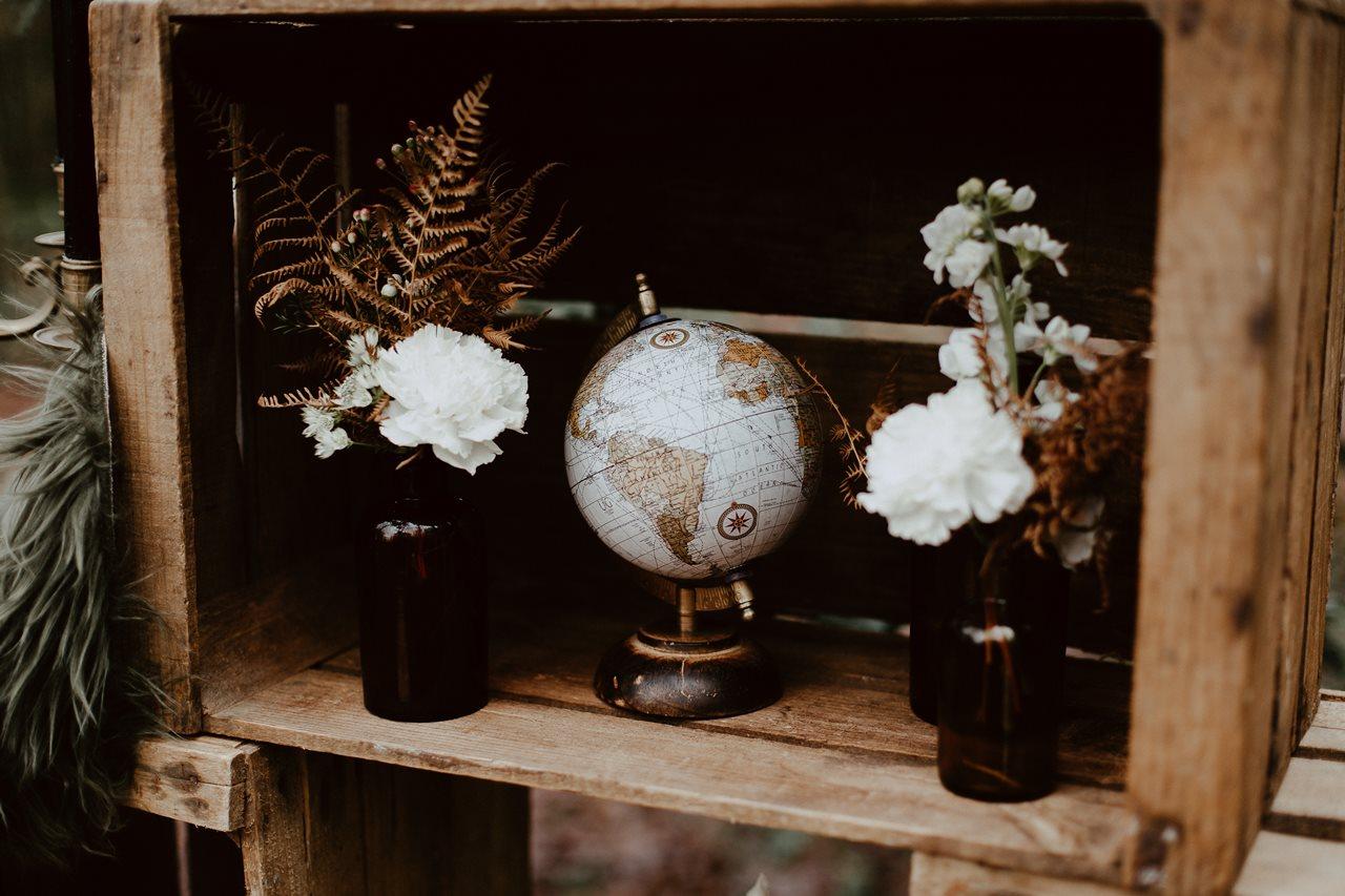 mariage boho décoration cérémonie laïque caisse en bois globe fleurs