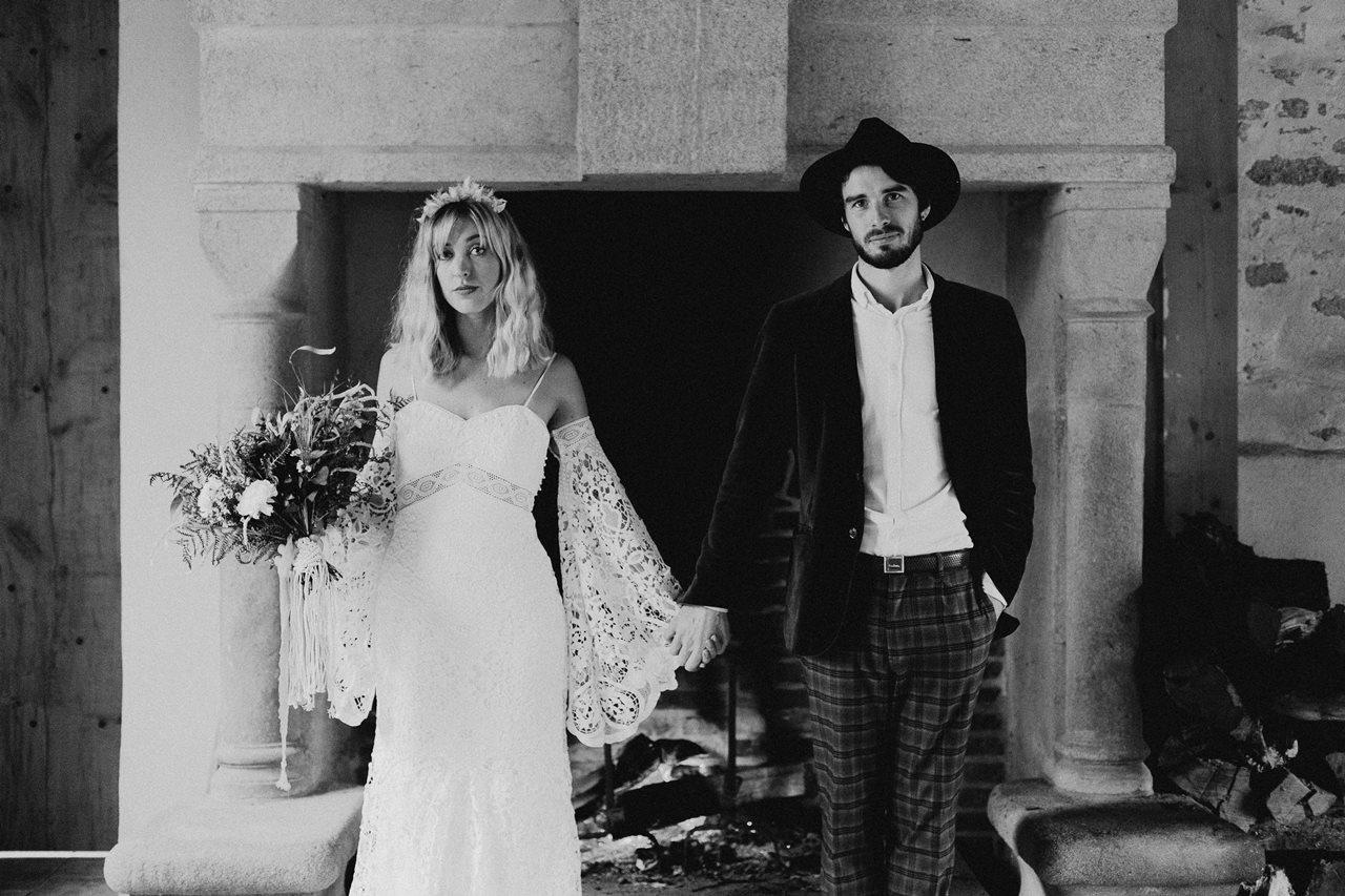 mariage bohème portrait mariés folk noir et blanc cheminé
