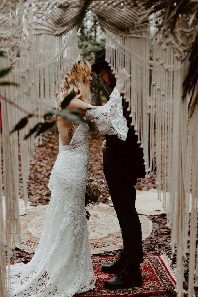 mariage bohème cérémonie laïque échanges des voeux arche en macramé