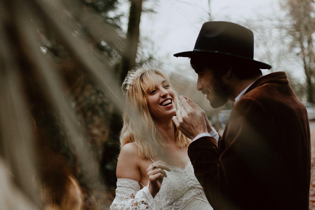 mariage bohème cérémonie laïque portrait mariée rire