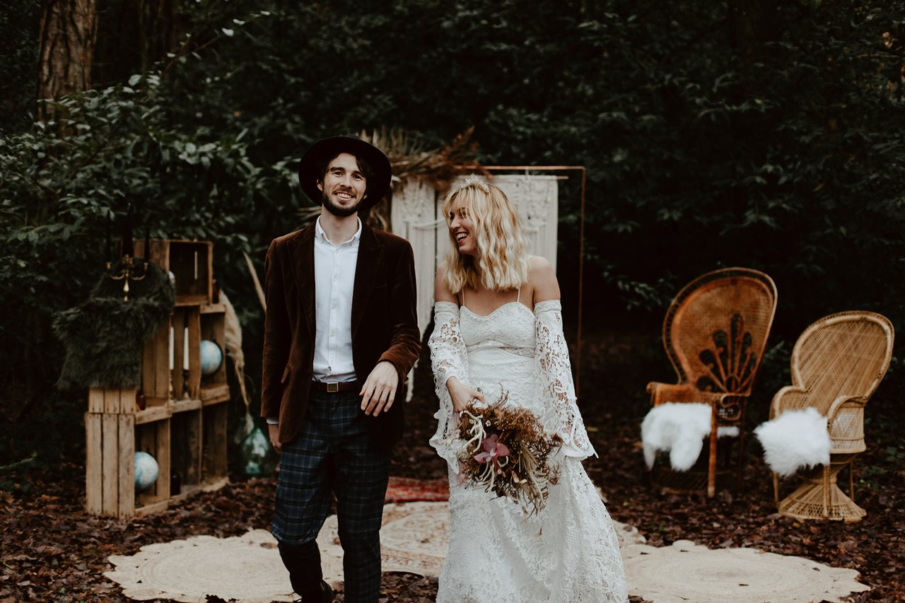 mariage bohème cérémonie laïque portrait mariés sortie rires