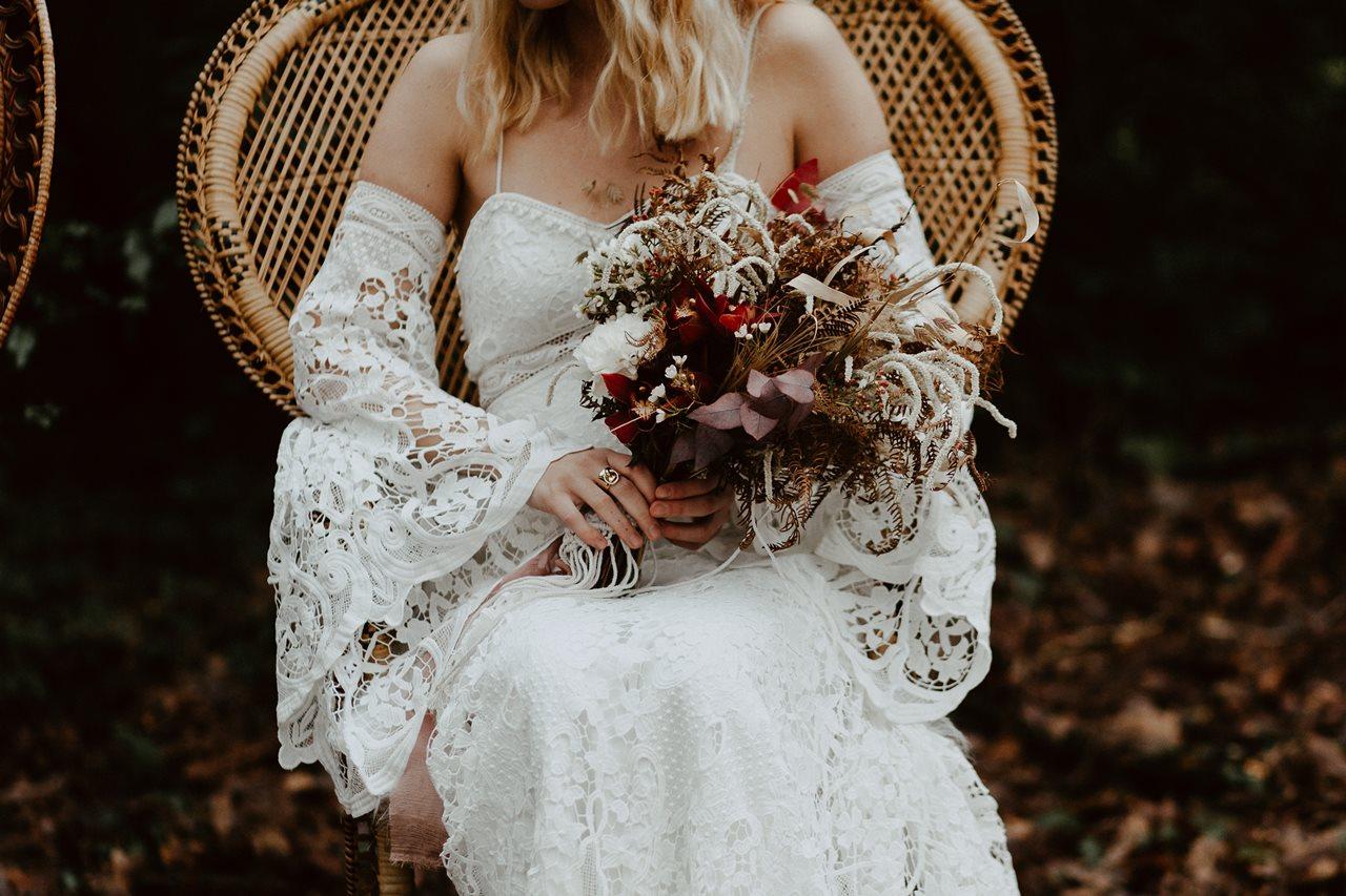 mariage bohème cérémonie laïque détail robe et bouquet mariée