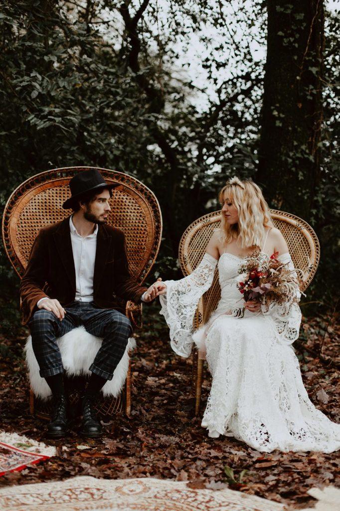 mariage bohème cérémonie laïque portrait mariés fauteuils emmanuelle