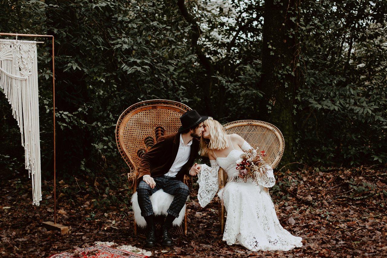 mariage bohème cérémonie laïque bisou mariés chaises emmanuelle