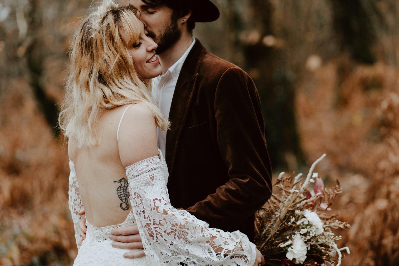 mariage folk photo couple forêt bisou mariés
