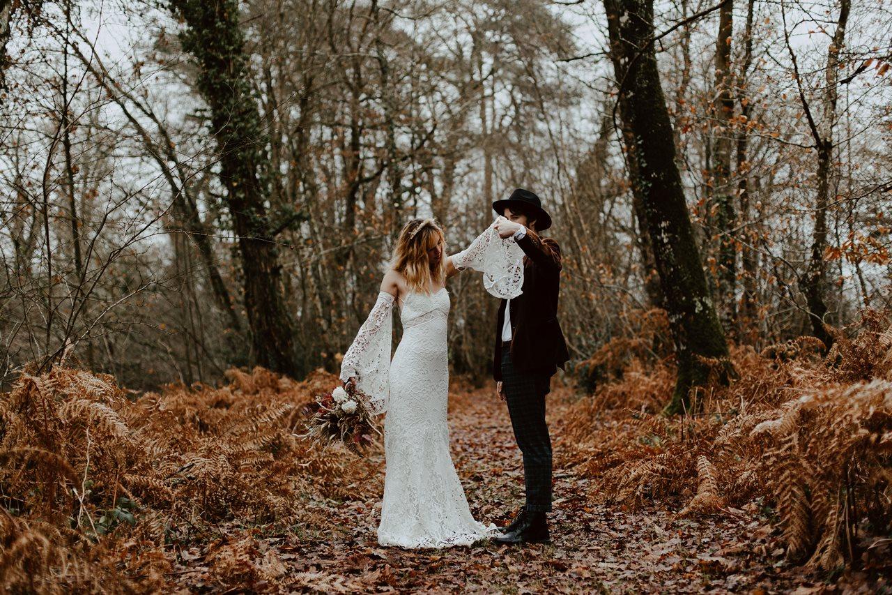 mariage bohème photo couple forêt danse mariés fougères