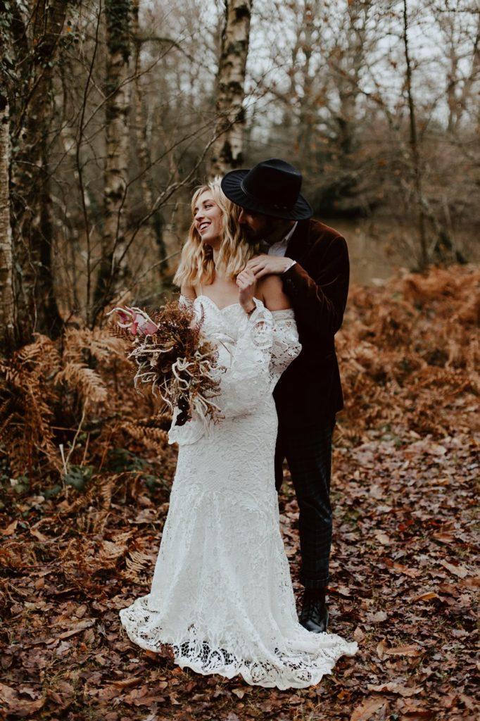 mariage bohème photo couple forêt complicité