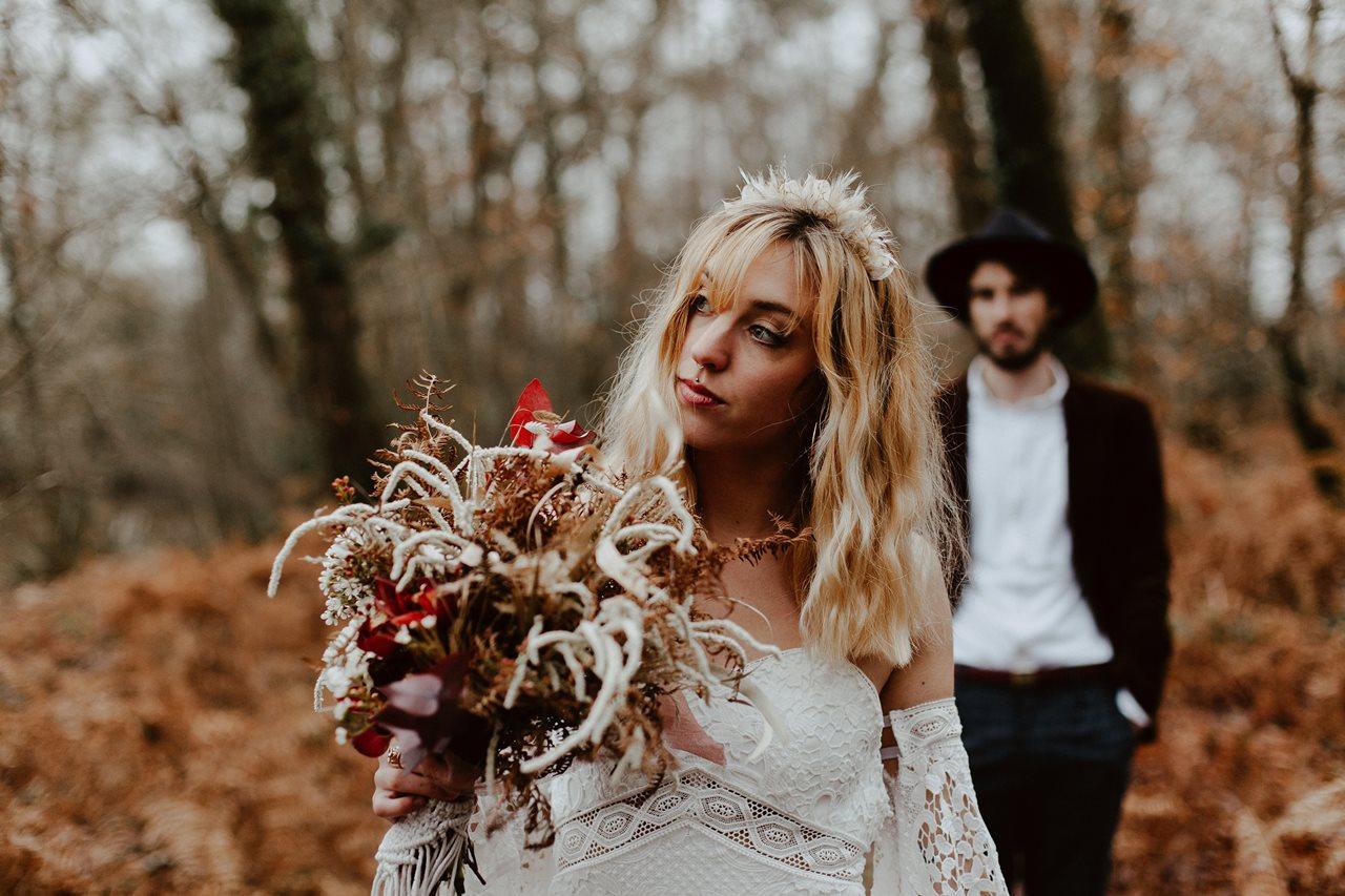 mariage bohème photo couple forêt portrait mariée premier plan marié second plan