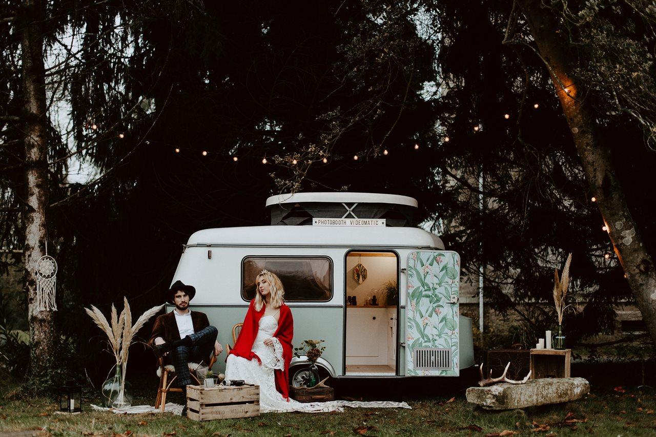 mariage bohème forêt portrait mariés caravane photobooth Nicephore & Co