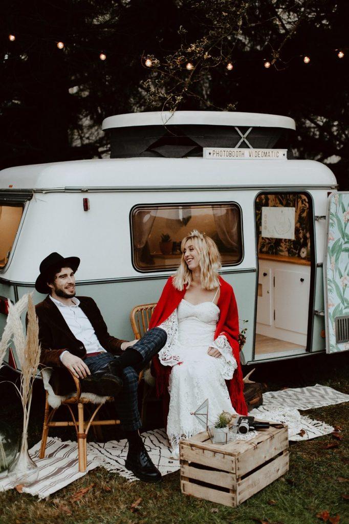 mariage bohème forêt portrait mariés rires caravane photobooth Nicephore & Co