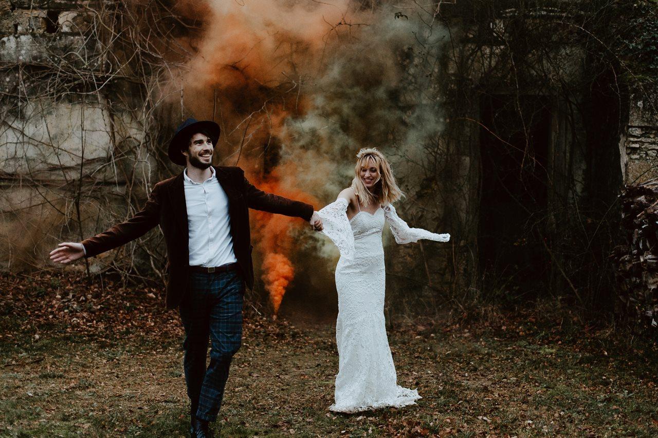 mariage folk forêt portrait mariés fumigènes