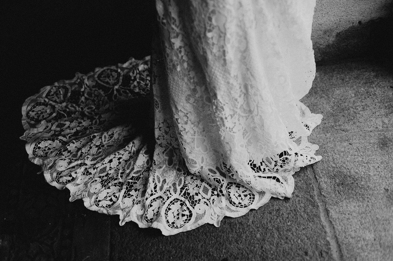 mariage bohème préparation mariée détail robe dentelle Kamelion noir et blanc