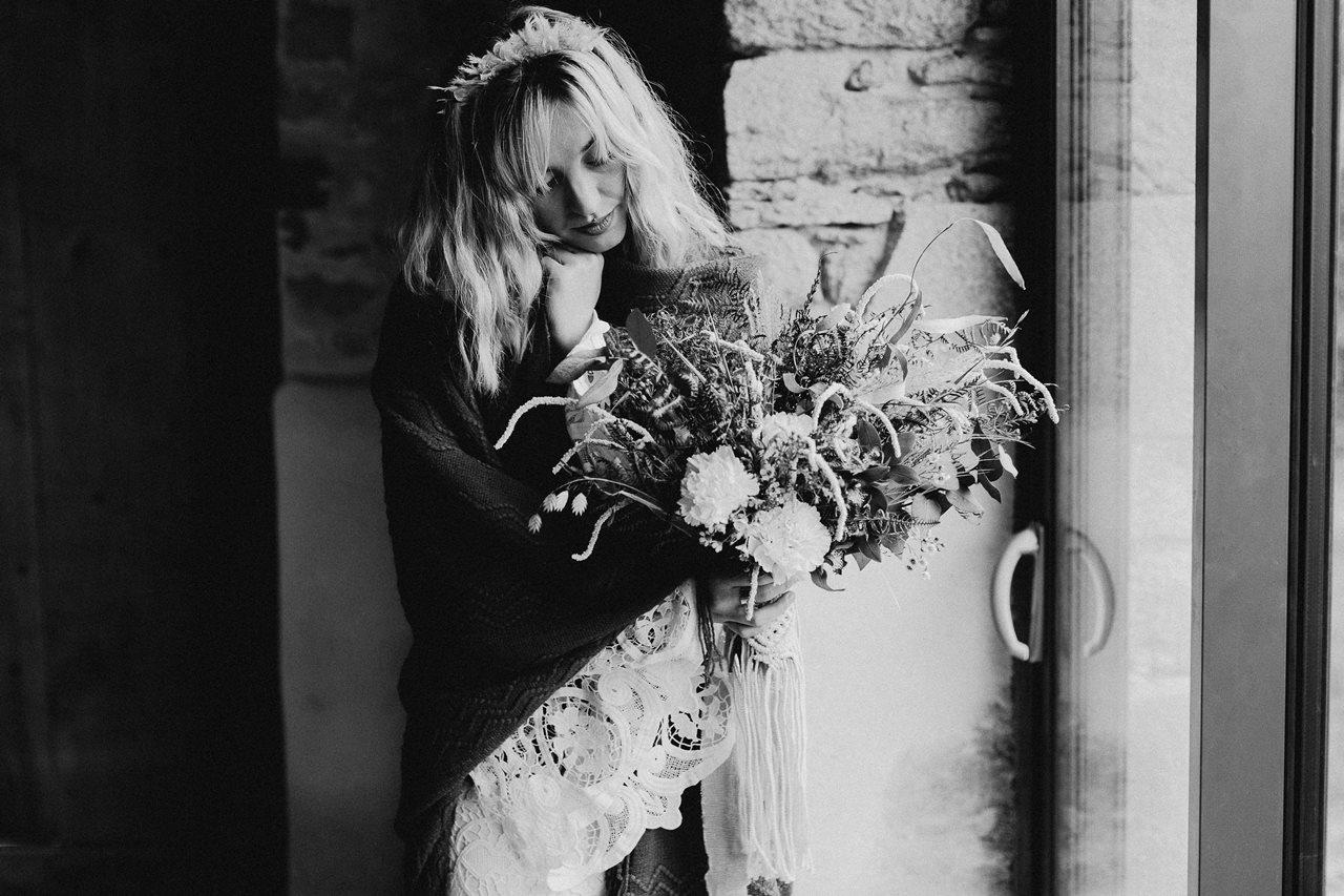 mariage folk préparation mariée châle hiver noir et blanc