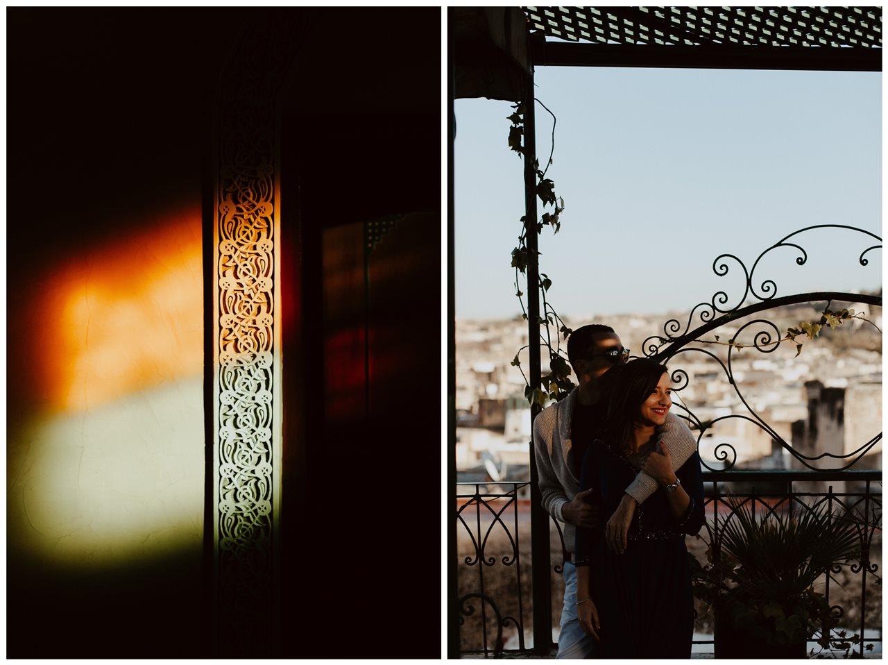 séance couple maroc fès mariés ombre et lumière toit terasse détail lumières colorées mur