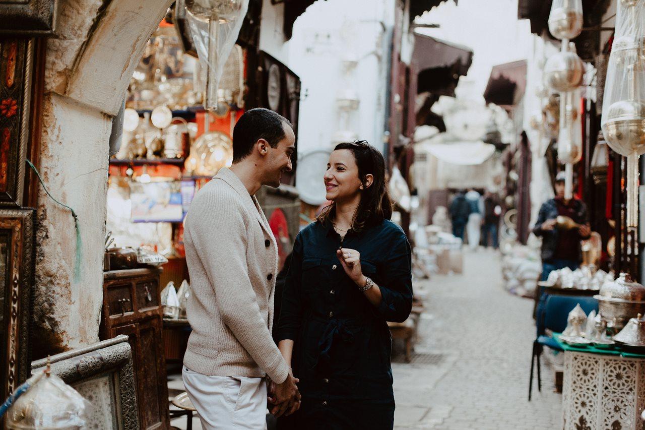 séance couple maroc fès mariés rires souk médina