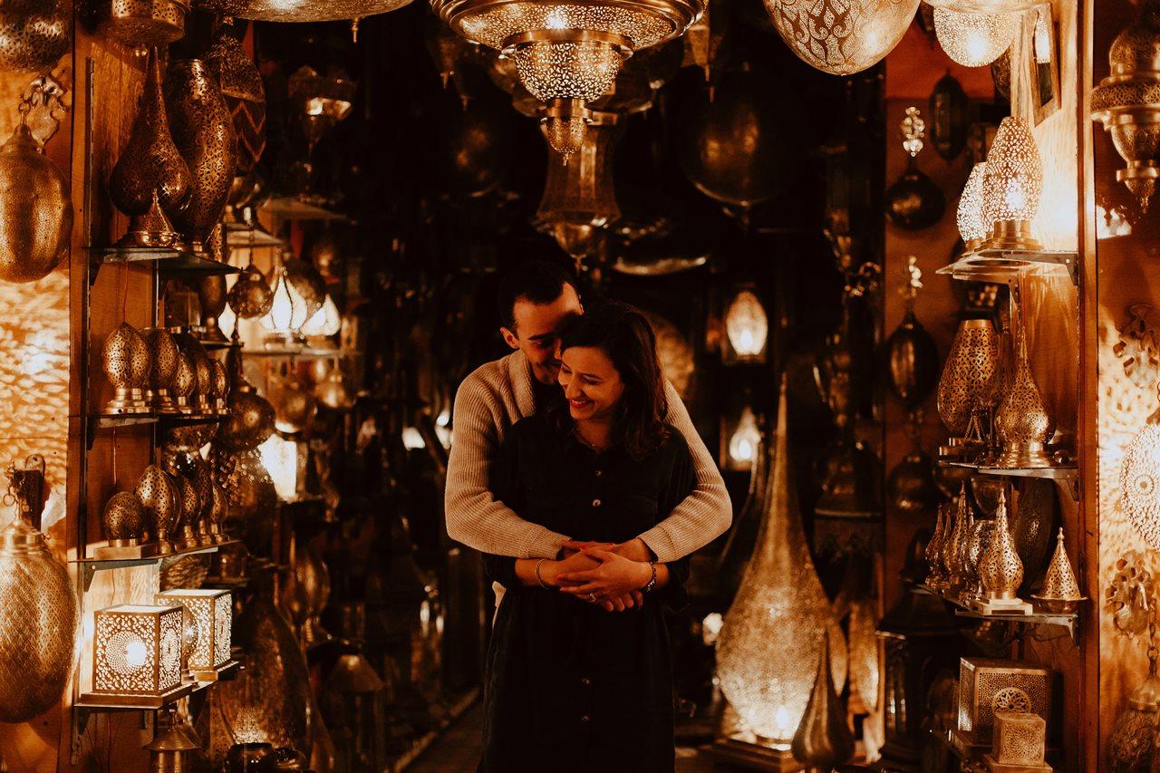 séance couple fès magasin lampe marocaine complicité rires mariés