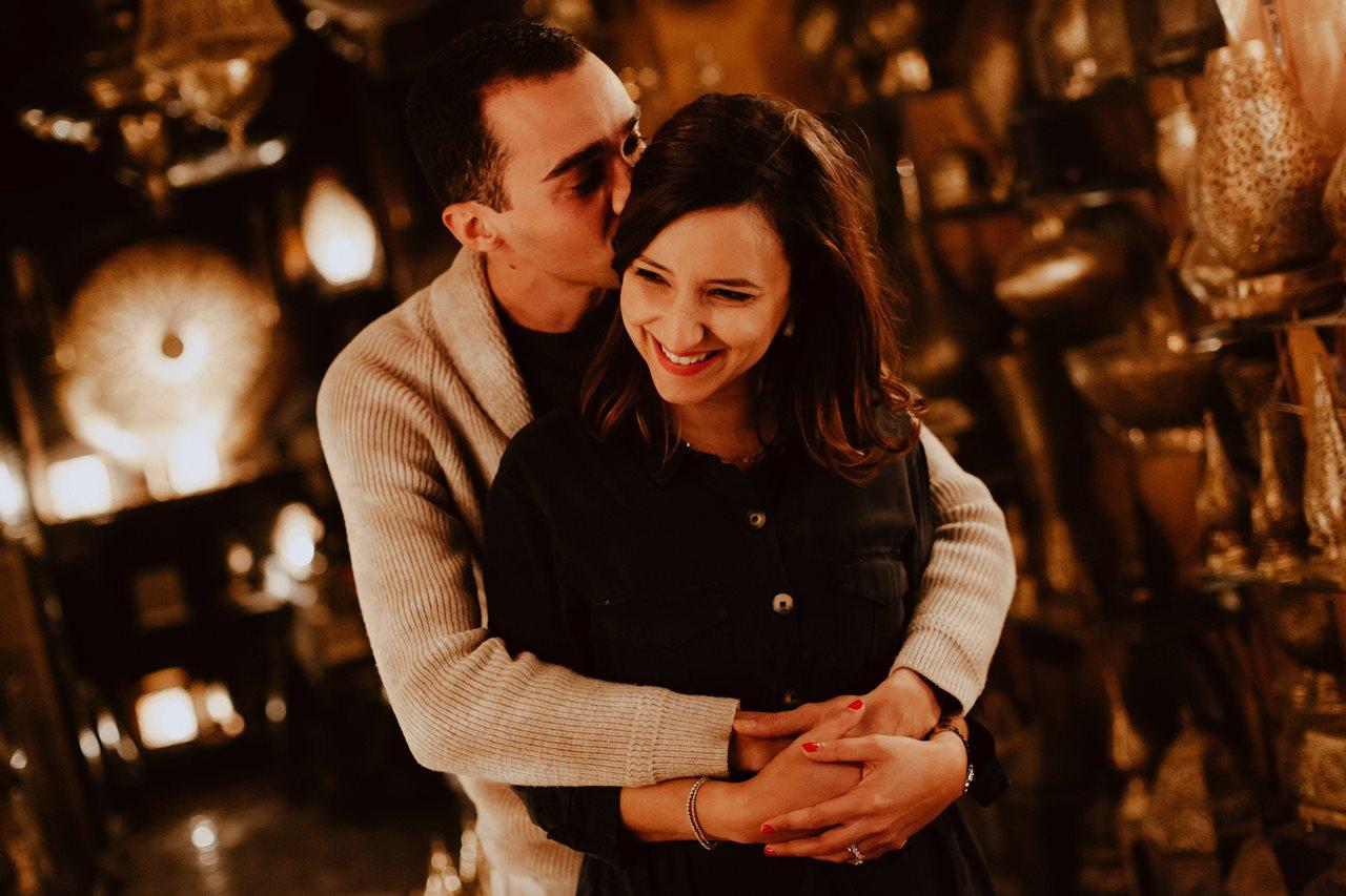 séance couple fès magasin lampe marocaine portrait mariés rires