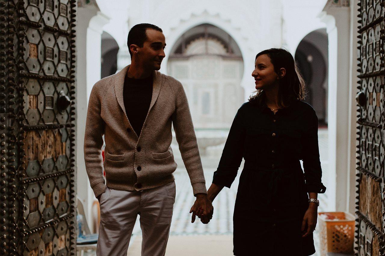 séance couple maroc portrait mariés mosquée Fès regards main dans la main
