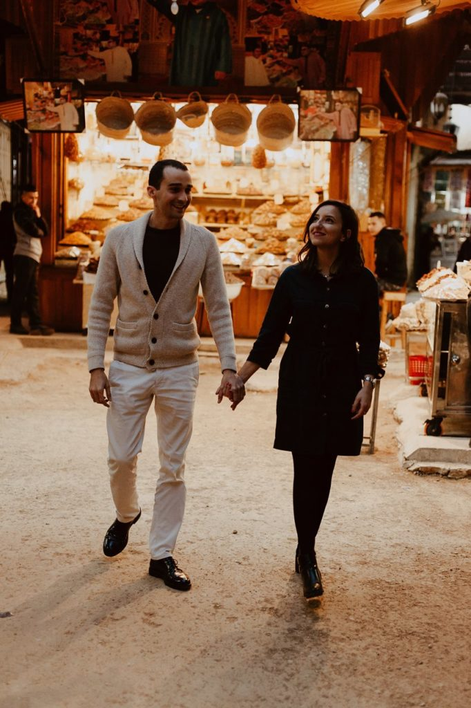 séance couple maroc mariés balade souk fès main dans la main