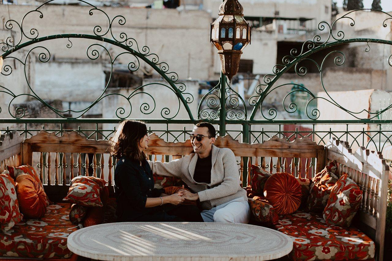séance couple maroc fès mariés canapé toit terasse