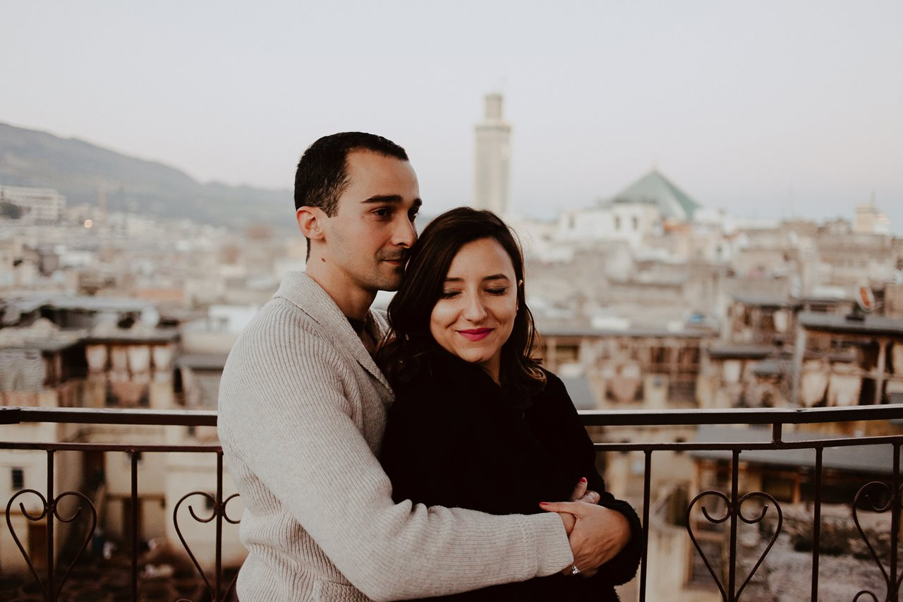 séance couple maroc toits de fès calin mariés