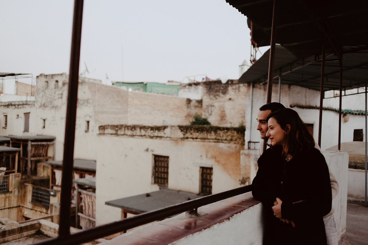 séance couple maroc toits de fès portrait mariés terrasse