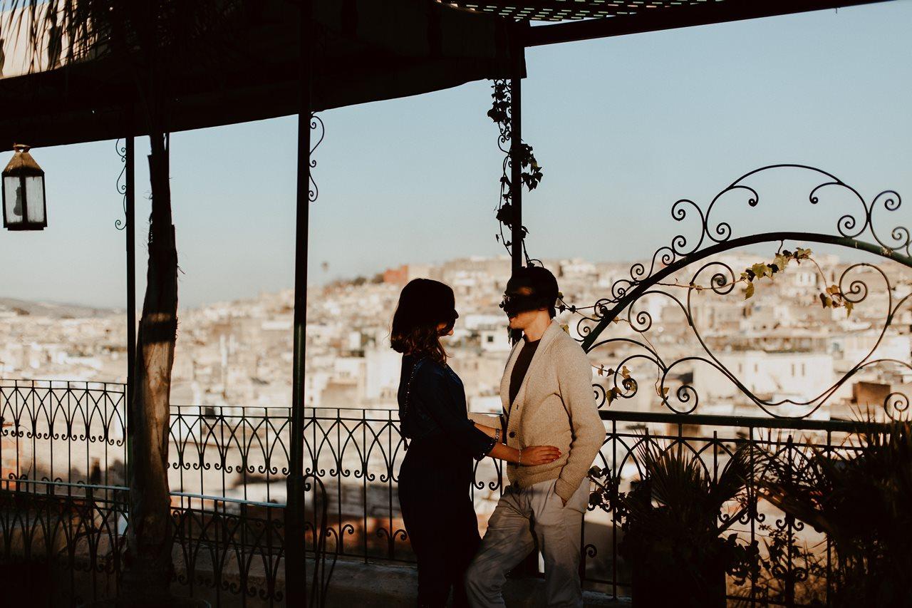 séance couple maroc fès mariés ombre et lumière toit terasse