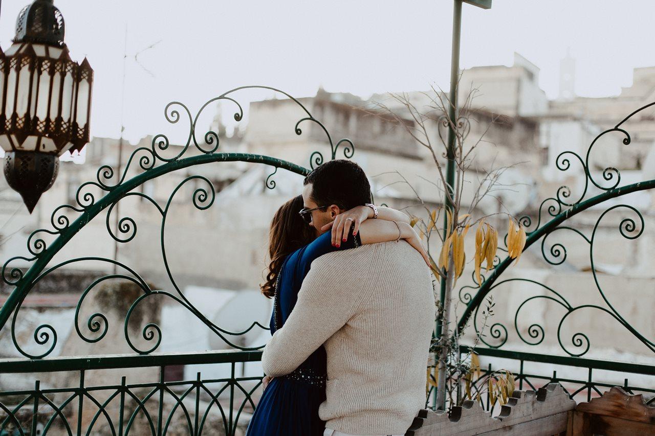 séance couple maroc fès calin mariés toit terasse