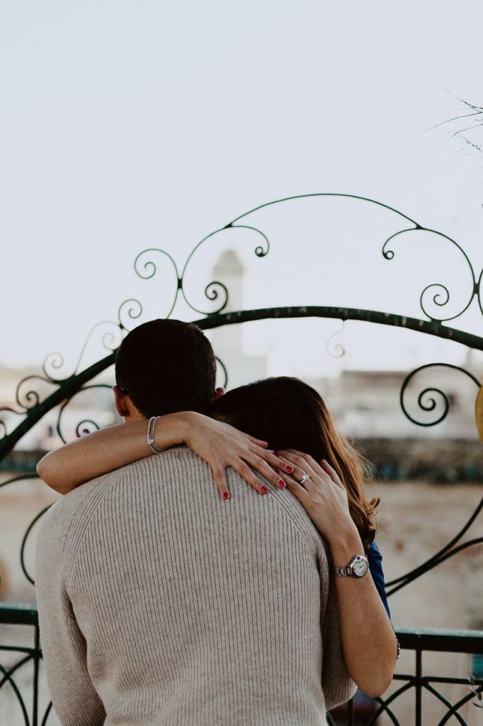 séance couple maroc fès calin mariés toit terasse détail mains