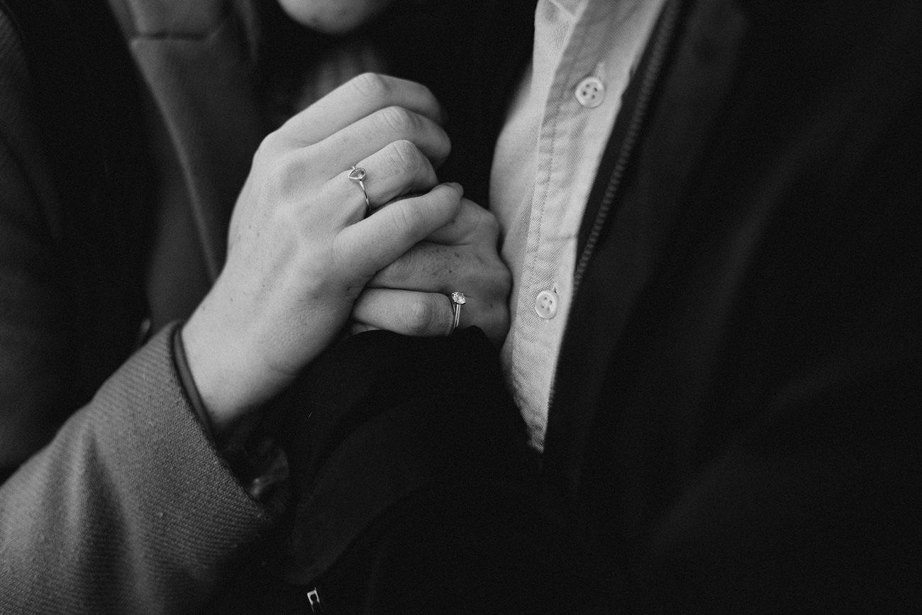 seance engagement rennes calin détail main future mariée noir et blanc